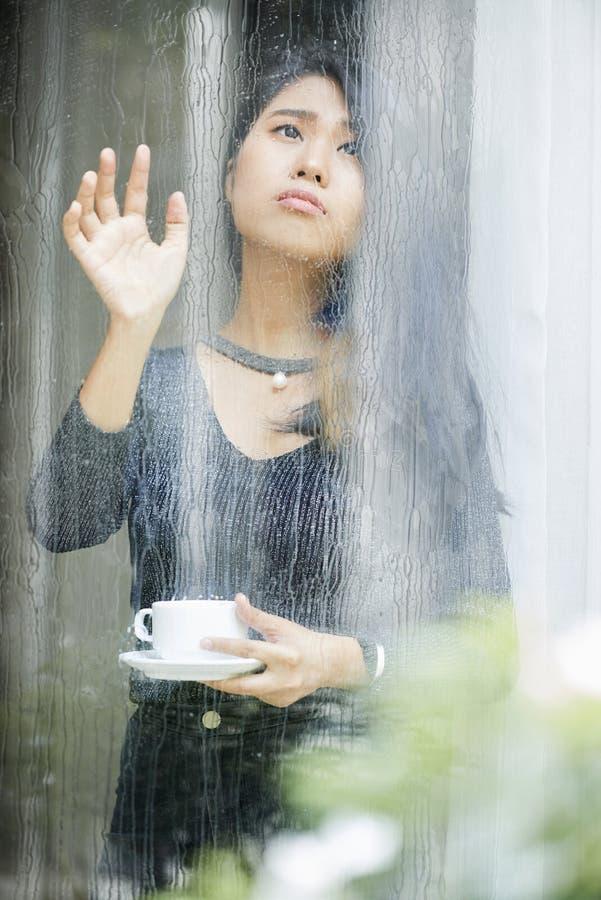 忧郁的妇女对下雨天不满意 图库摄影