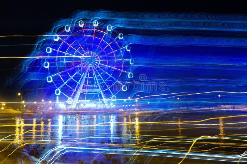 快乐公园在晚上-在行动的弗累斯大转轮霓虹焕发 免版税图库摄影