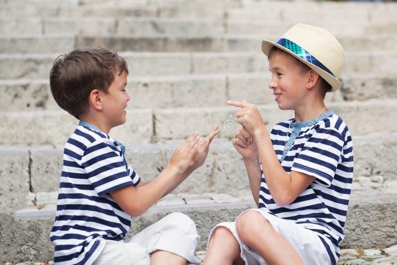 快乐和愉快的两个兄弟画象,室外 免版税库存照片