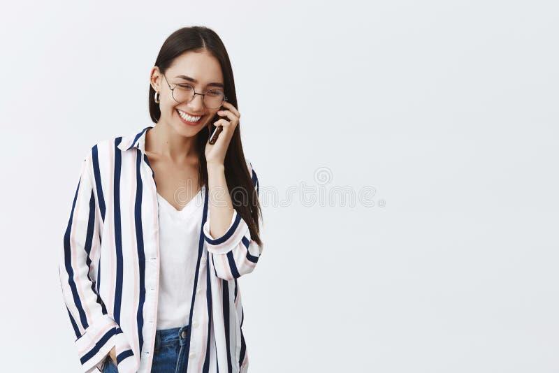 快乐和成功的年轻时尚博客作者谈话在电话,享受交谈 无忧无虑的轻松的女朋友 免版税库存图片