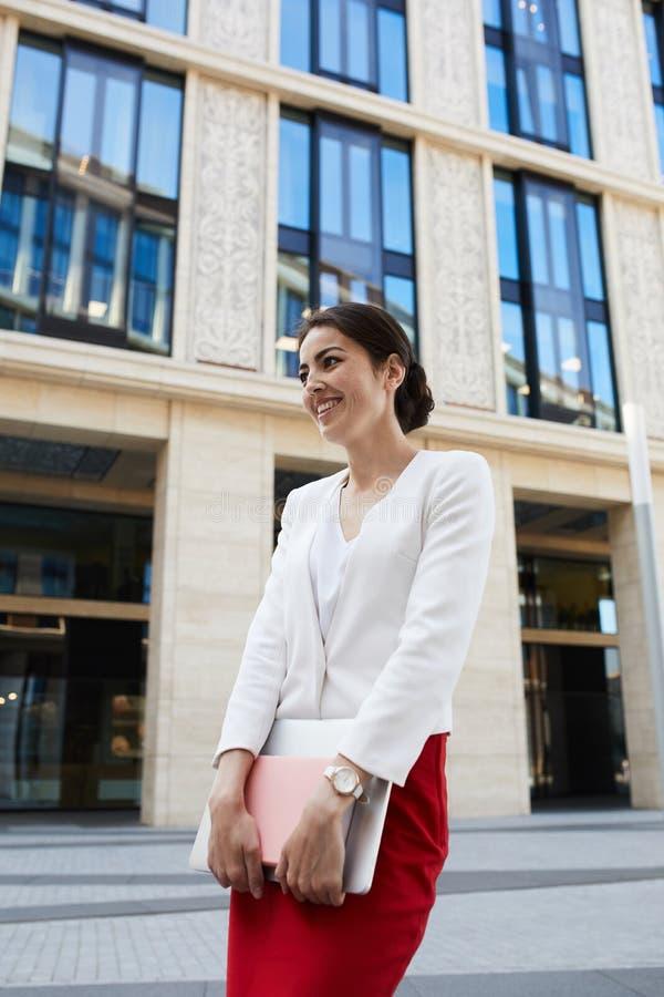 快乐地笑的女实业家 免版税库存照片