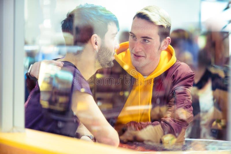 快乐夫妇一起谈话在咖啡馆 库存照片