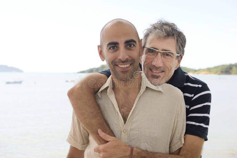 快乐夫妇在度假握手的 免版税库存图片