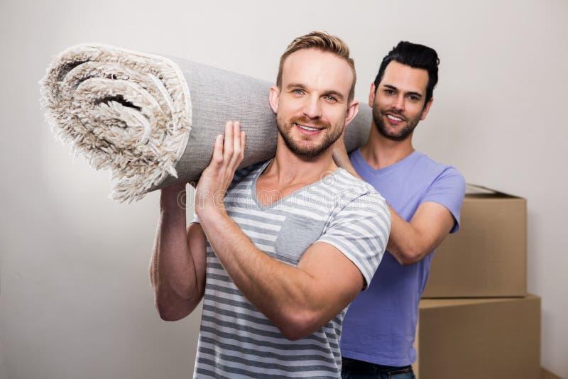 快乐夫妇运载滚动地毯 免版税库存图片