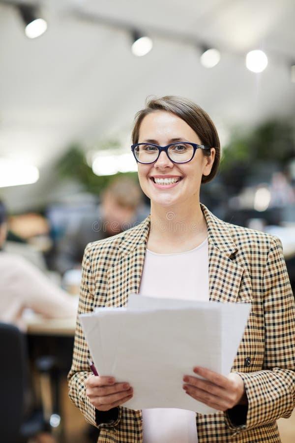 快乐女实业家摆在 免版税图库摄影