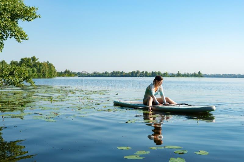快乐女性放松在一口板和享有生活 免版税库存照片