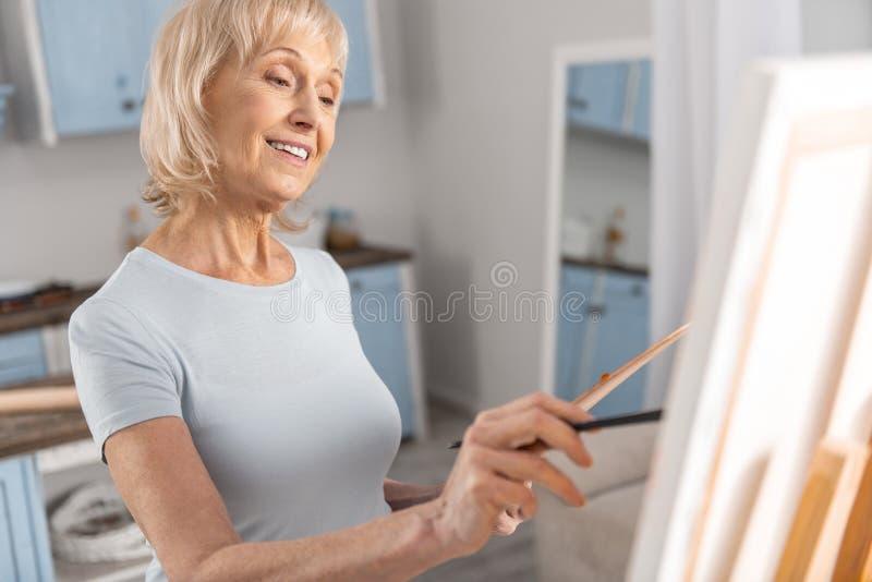 快乐成熟妇女图画绘画 免版税库存照片