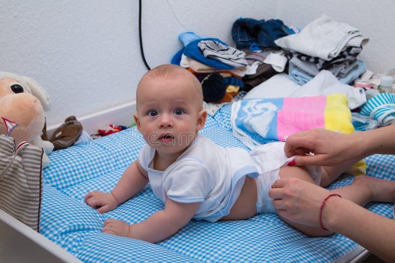 快乐新出生使用在尿布桌上 免版税库存照片