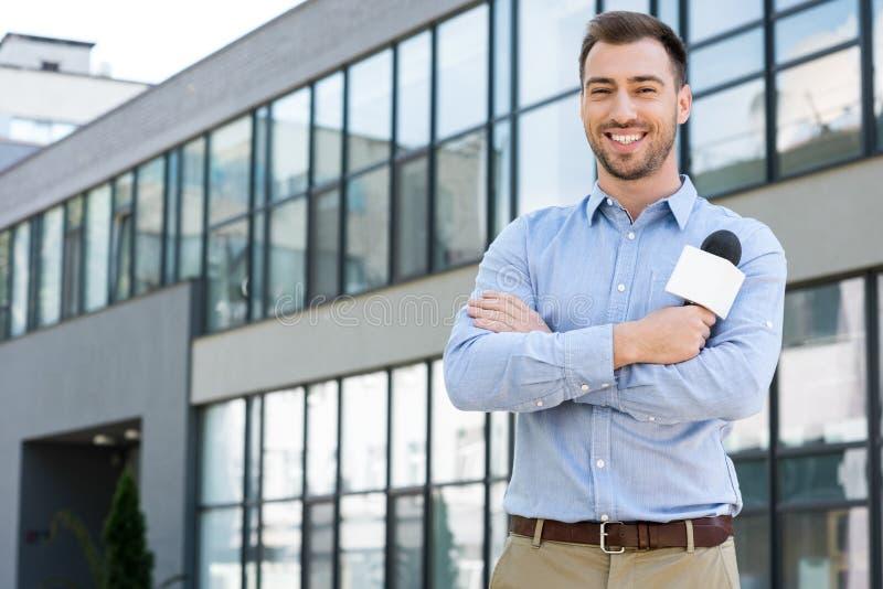 快乐男性新闻工作者摆在 免版税库存照片