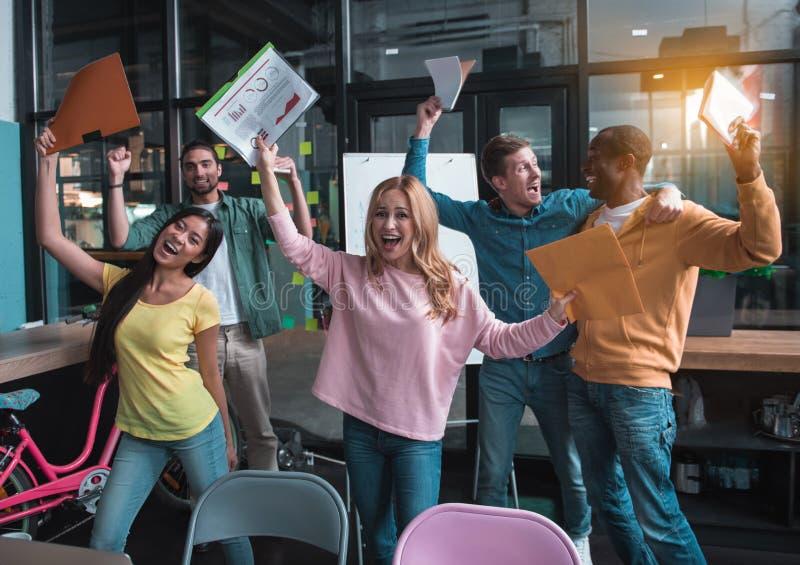 快乐的专业队获得乐趣在工作 图库摄影