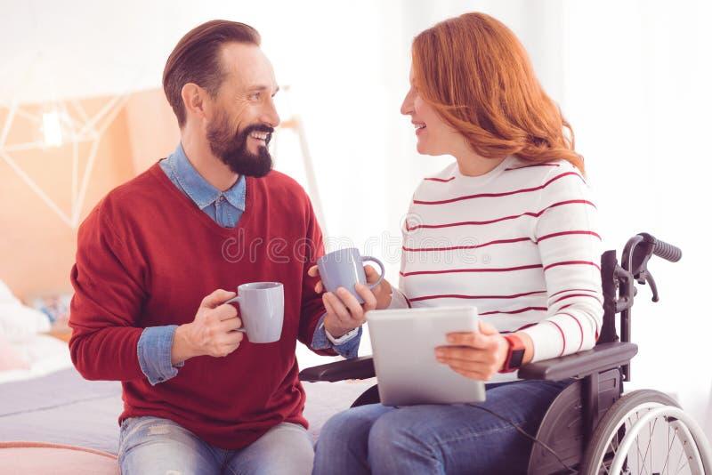 快乐的中间年迈的夫妇饮用的茶在家 免版税库存照片
