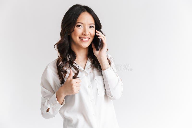 快乐的亚裔妇女照片有长的黑发藏品和spea的 库存照片