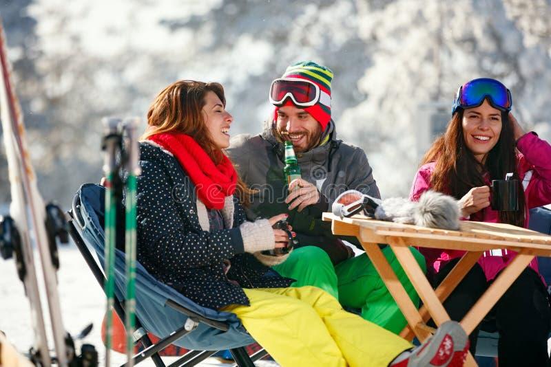 快乐的人民获得乐趣在滑雪以后在与雪equi的手段 图库摄影