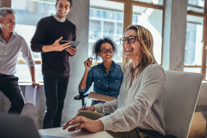快乐的企业队在会议期间 图库摄影