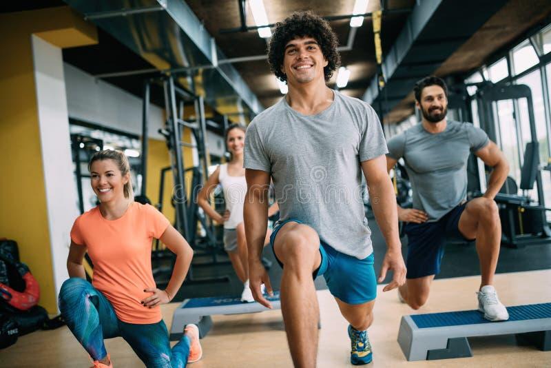 快乐的健身队的图片在健身房的 免版税图库摄影