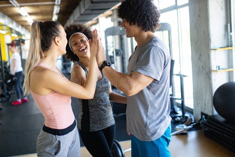 快乐的健身队的图片在健身房的 免版税库存图片