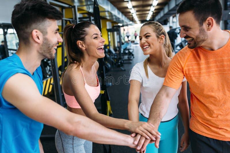 快乐的健身队的图片在健身房的 免版税库存照片