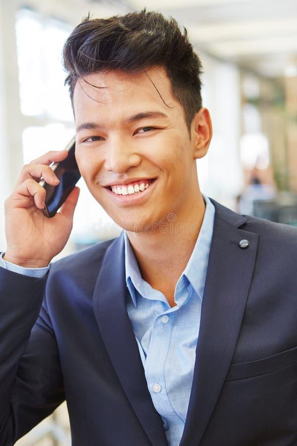 快乐的商人愉快关于电话 库存图片