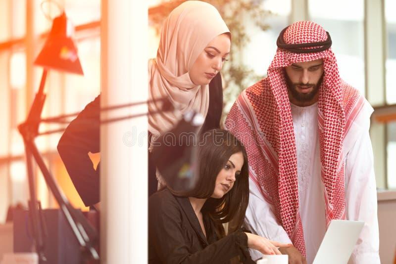 快乐的多文化商务伙伴配合 免版税图库摄影