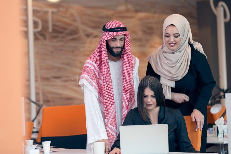 快乐的多文化商务伙伴配合 免版税库存图片