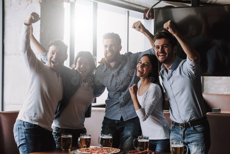快乐的多种族朋友获得乐趣在酒吧 库存照片