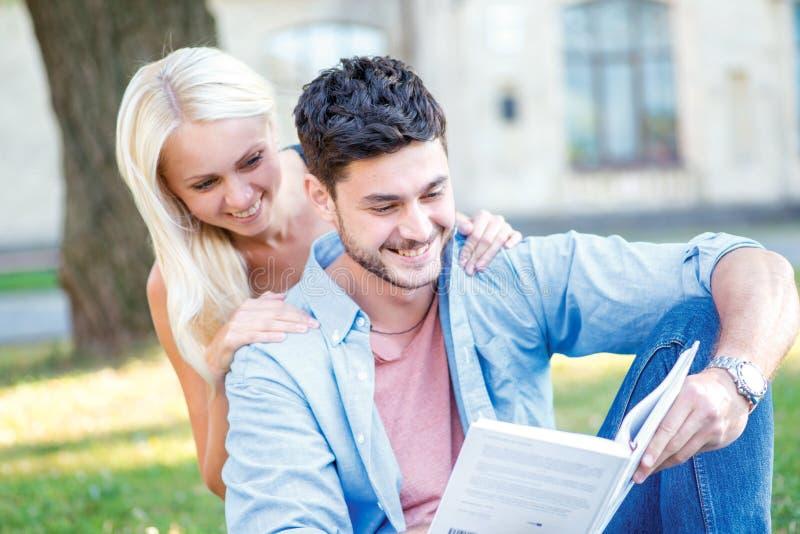 快乐的大学生活 在爱学生的夫妇一起学会 免版税库存图片