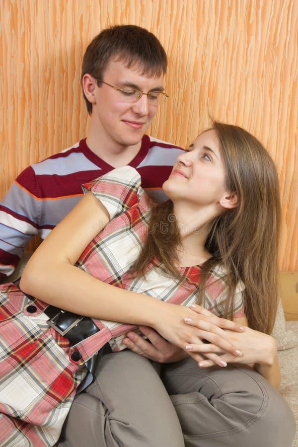 快乐的夫妇放松年轻人 免版税库存照片
