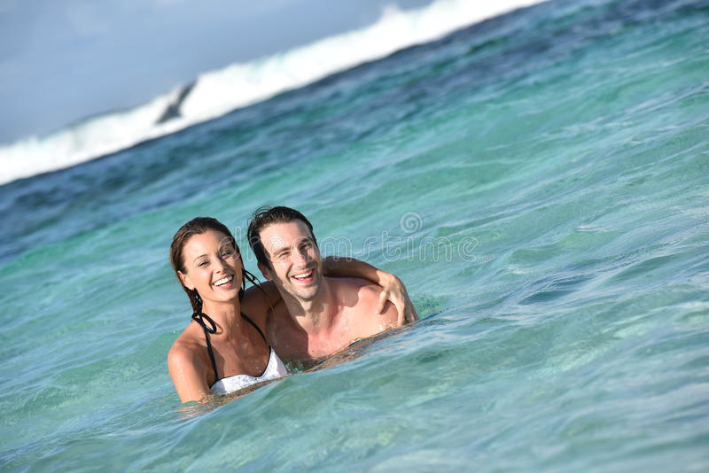 快乐的夫妇游泳在加勒比海 库存图片