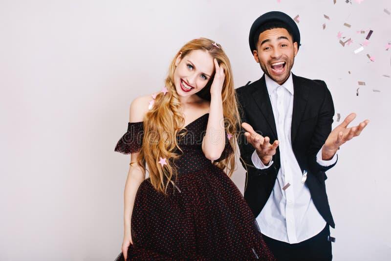快乐的夫妇的画象滑稽的庆祝在爱的在豪华晚装获得乐趣一起在白色背景 库存图片