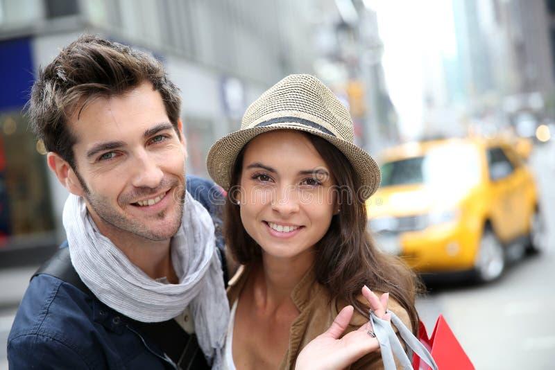 快乐的夫妇购物画象在纽约 库存照片