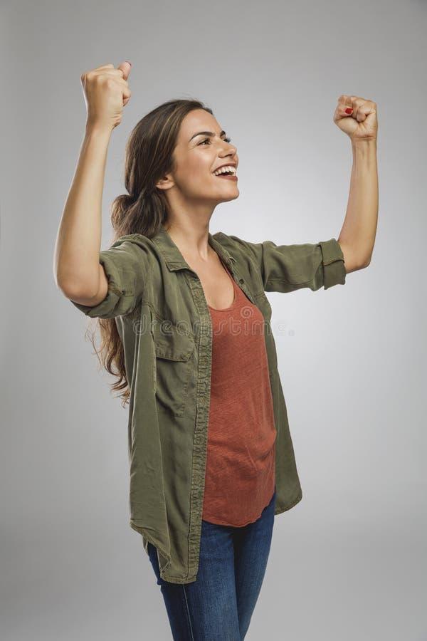 快乐的女人举起手 免版税库存图片