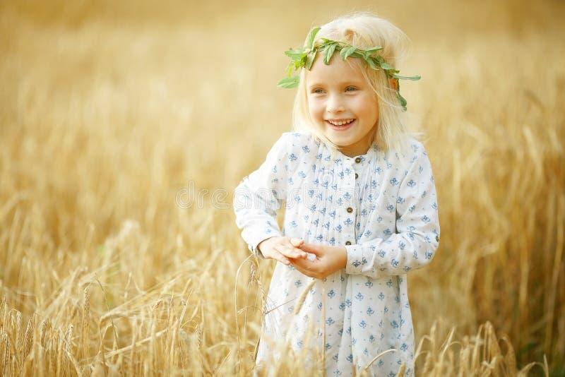 快乐的女孩一点 免版税库存图片