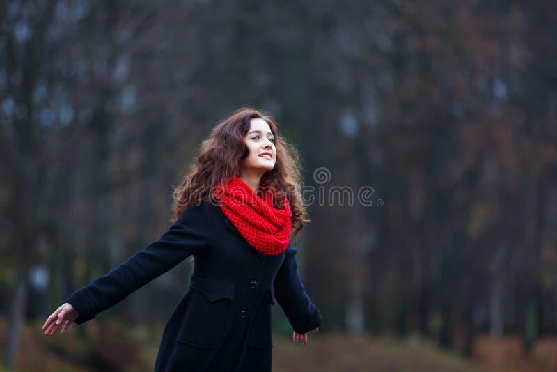 快乐的女孩在公园 库存照片
