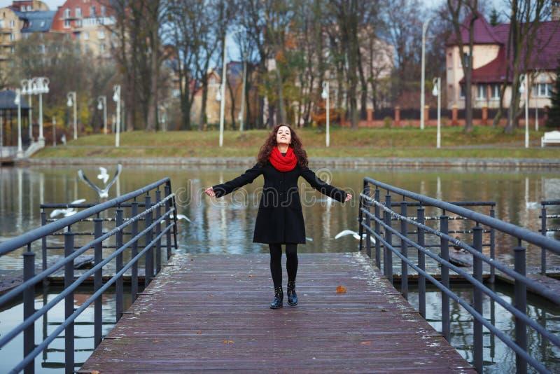 快乐的女孩在公园 免版税库存照片