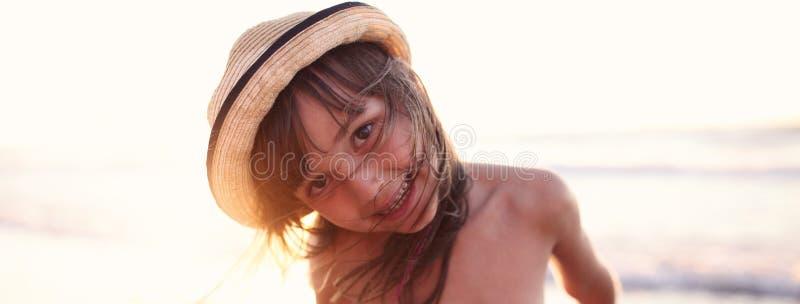 快乐的女孩在夏天 免版税库存照片