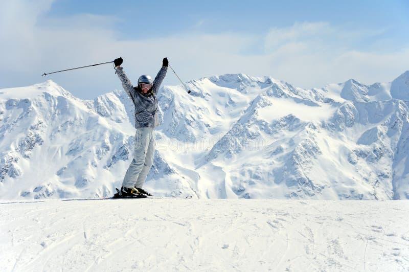 快乐的女性滑雪者 免版税库存图片