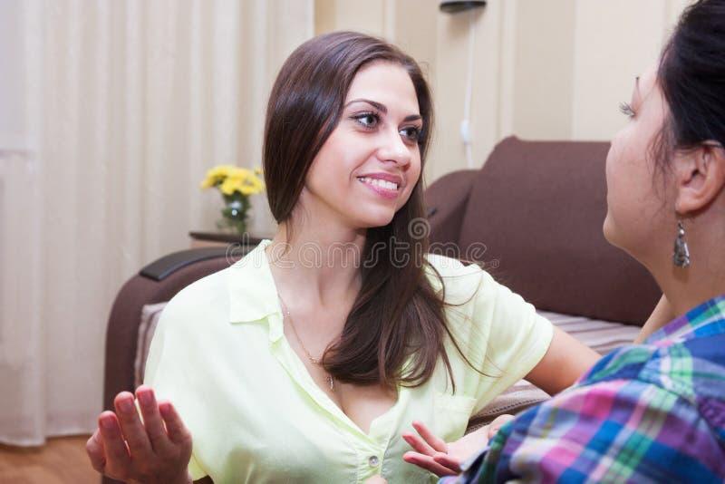 快乐的女朋友在家讲话 库存图片
