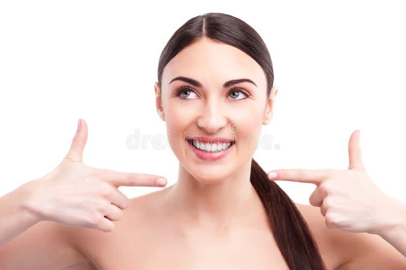 快乐的妇女为她的面孔感到骄傲 免版税库存图片
