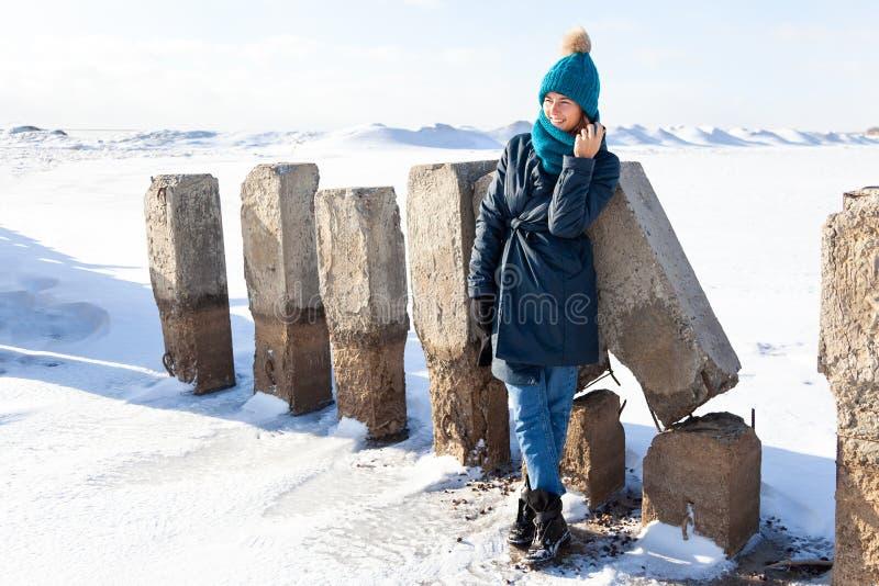 快乐的妇女画象在冬天 免版税库存图片