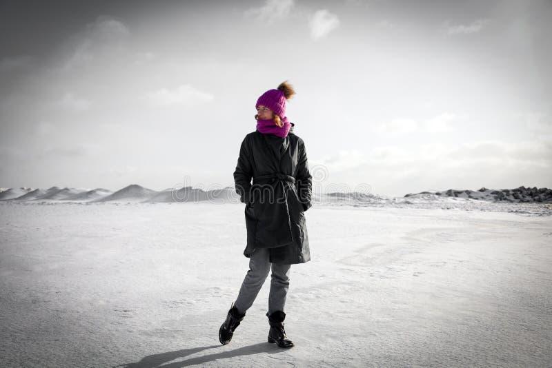 快乐的妇女画象在冬天 库存图片