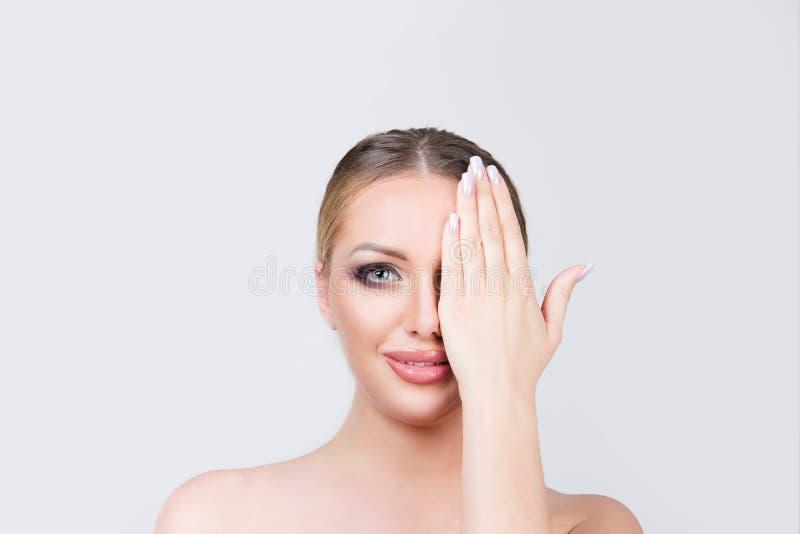 快乐的妇女结束眼睛 免版税库存图片