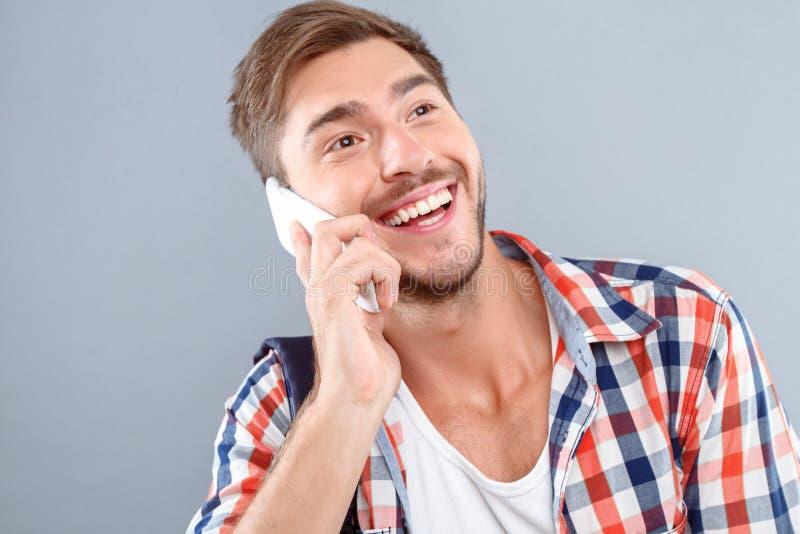 快乐的学生谈话在电话 免版税库存图片