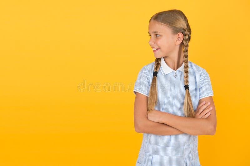 快乐的孩子日 整洁的女孩漂亮的发型 积极情绪 情商描述能力监控 库存照片