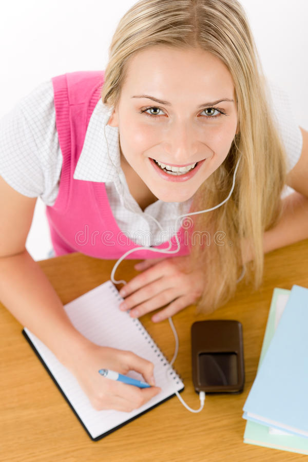 快乐的家庭作业学员妇女写道 免版税库存照片