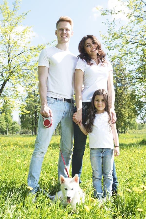 快乐的家庭在公园 免版税库存图片