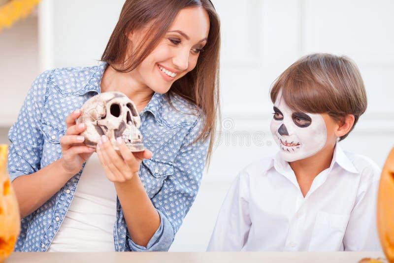 快乐的家庭在坚果裂缝夜取笑 免版税库存照片