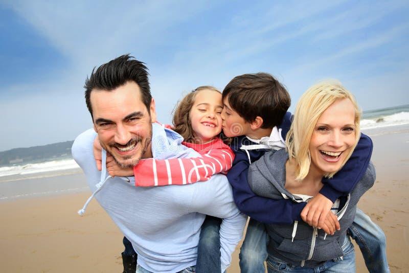 快乐的家庭画象在海滩的 库存照片