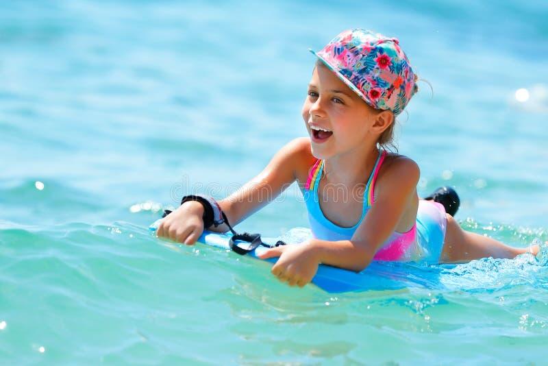 快乐的小女孩在海 库存照片