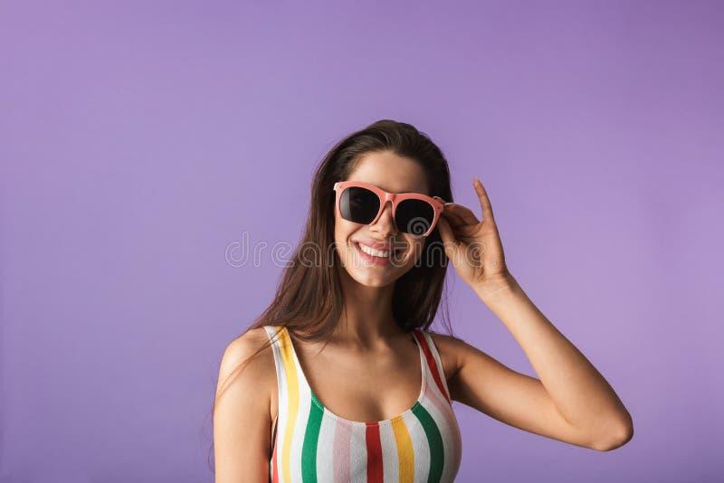 快乐的少女佩带的泳装身分 免版税库存照片