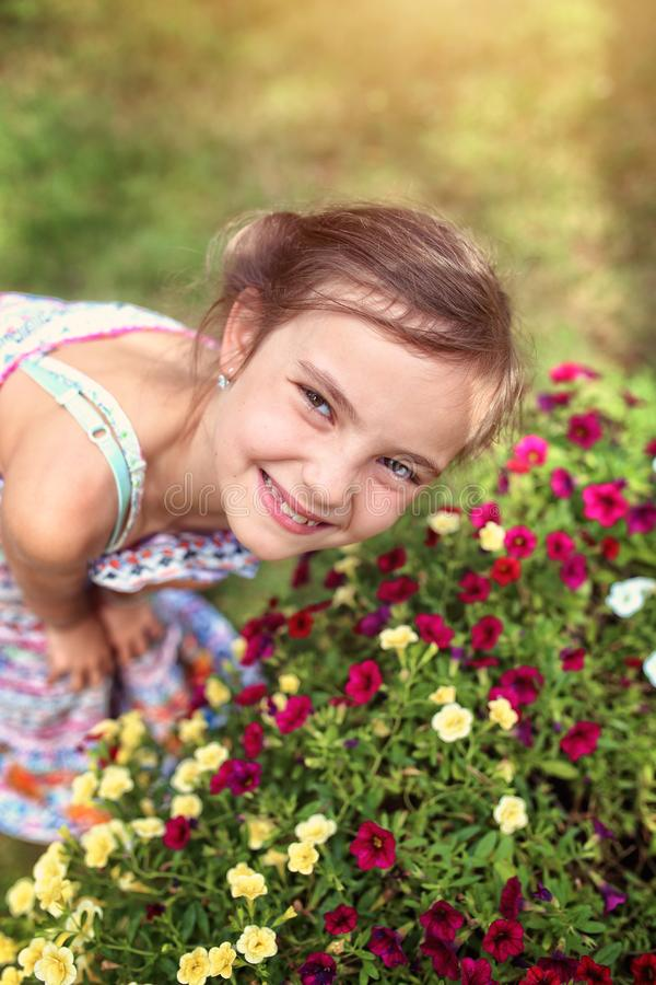 快乐的少女在庭院里 库存图片